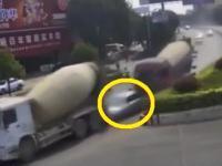 Samochód osobowy zmiażdżony przez dwie betoniarki