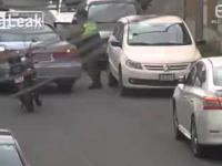 Nieudana kradziez kol z zaparkowanego auta