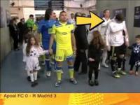 Iker Casillas dłubie w nosie i wyciera koze o dziecko