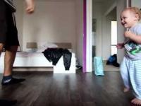 Poranny breakdance z prawie 2 letnim chłopcem