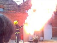 Jak nie gasić płonącego oleju