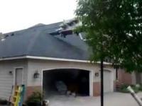 Dźwig spada na dom
