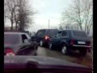 Na Rosyjskich drogach nie używa się klaksonu tylko?