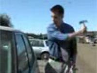 Reporter prezentuje jak włamać się do samochodu