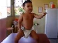Maluch tańczy sambe