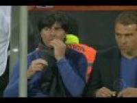 Trener reprezentacji Niemiec - Joachim Loew dłubie w nosie i...