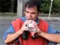 Dziwny sposób picia drinka