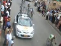 Szaleniec postawił auto na trasie wyścigu kolarskiego