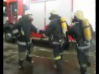Wesołe zabawy strażaków