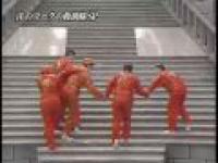 Wchodzenie po schodach pokrytych śliską mazią
