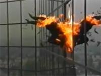 Płonący mężczyzna skacze z wieżowca