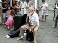 Rockowy dziadek daje czadu na ulicy