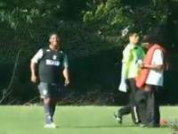 Ronaldinho strzela gole zza bramki