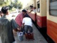 Jak wejść do pociągu pośpiesznego w Birmie