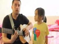 Ojciec śpiewa z córką