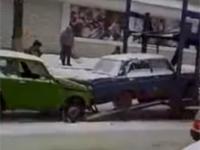 Ładowanie samochodu na lawetę po rosyjsku.