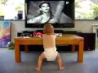 Dziecko tańczy przy piosence Beyonce