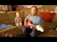 Dzieciak gra w Guitar Hero