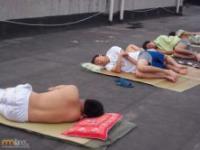 Chińscy studenci sypiają na dworze