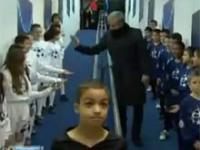 Mourinho przybija piątki dzieciom