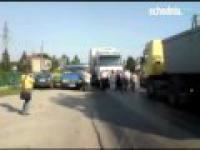 Ciężarówka próbuje przebić się przez blokadę drogi