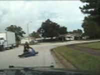 Gliniarz z Florydy bije 66-letniego mężczyznę