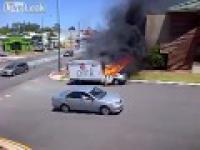 Płonący samochód jeździ po mieście