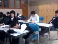 Koledzy z klasy przeszkadzają w drzemce