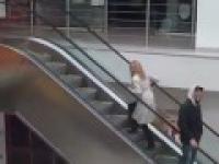 Blondynka idzie po ruchomych schodach