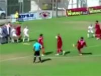 Kuriozalna bramka: piłkarze udawali bójkę