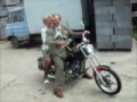 Babcia i dziadek szpanują na motorze