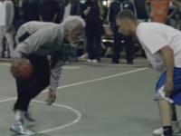 Staruszek pokazuje jak się gra w koszykówke