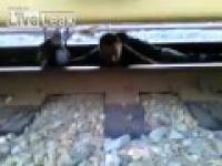 Położył się na torach pod przejeżdżającym pociągiem