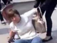 Dziewczyna prześladowana przez  nastolatki