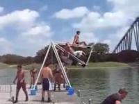Skok do wody z huśtawki