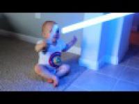 Adorably Dziecko jest naturalnym Jedi!