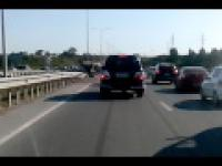 Nissan skasował barierkę oddzielającą pasy ruchu - Rosja 18+