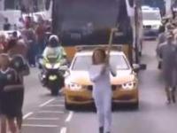17-latek atakuje Polke niosącą ogień olimpijski