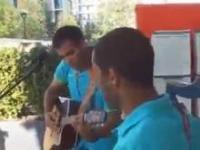 Neymar i Brazylijczycy śpiewają w Londynie