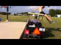 Skok przez wózek golfowy