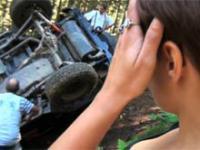 Dziewczyna pierwszy raz w górach jeździ autem