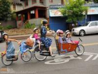 Mama odwozi dzieci do szkoły