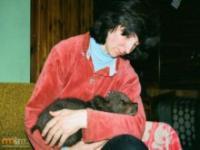 Łotewska kobieta wychowuję niedźwiedzia razem z dziećmi