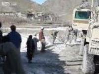 Chłopiec rzuca kamieniem w krocze amerykańskiego żołnierza!