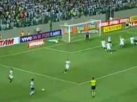 Niesamowity hat-trick Ronaldinho dedykowany zmarłemu ojczymowi