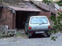 Kobieta i wjazd do garażu