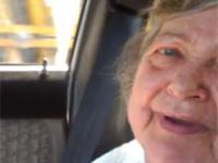 Babcia słucha dubstepu w samochodzie