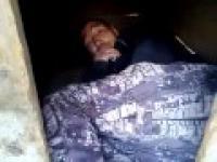 Czlowiek spi w budzie dla psa
