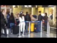Goła kobieta na lotnisku!