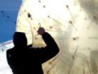 Zabawy na stoku w Rosji - czyli czego nie robić z dużą dmuchaną kulą